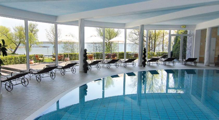 Swimming pool Hotel Schloss Klink