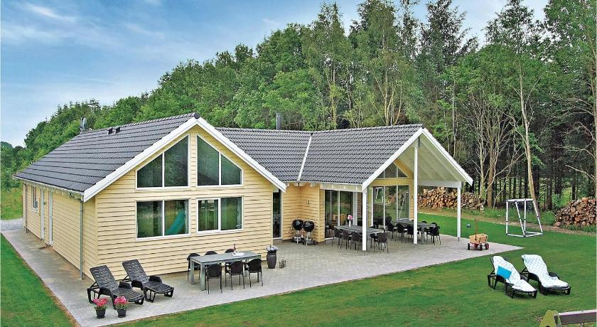 Seven-Bedroom Holiday Home Holiday home Glesborg 1