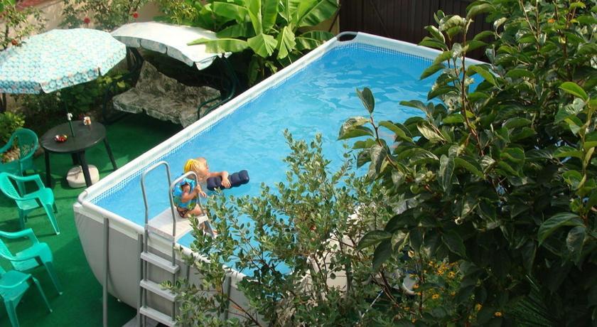 Гостевой дом «бавария» расположен в сочи на берегу реки псезуапсе недалеко от моря.