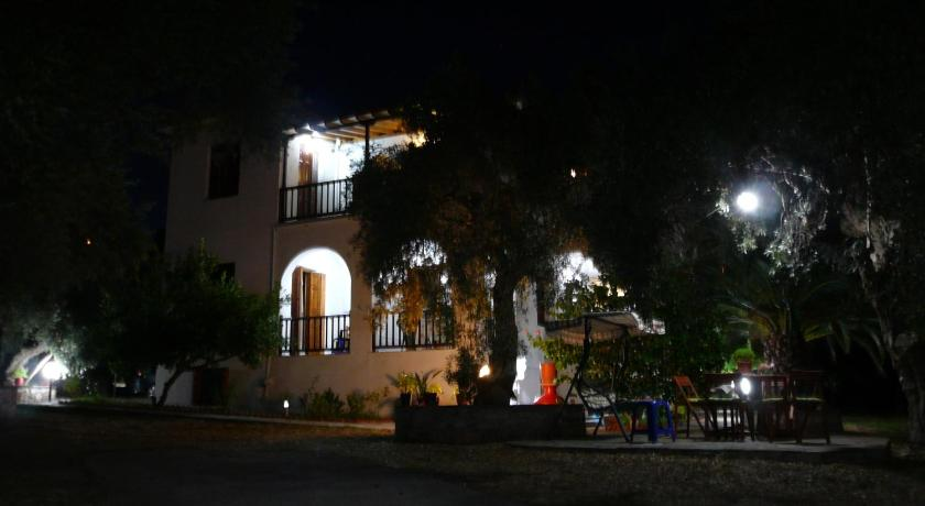 Entree Liossis Rooms & Apartments