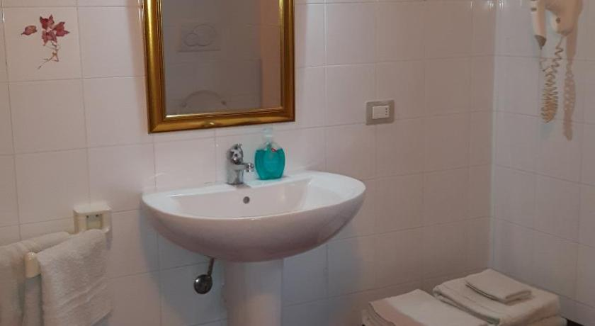 Comfort Triple Room with Shower - Bathroom La Cascina Del Lago