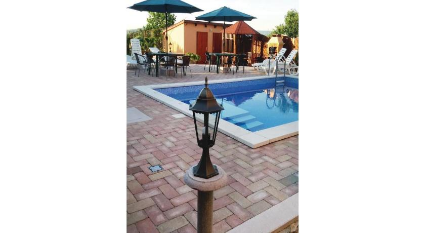 Piscina Holiday Home Tapolca 04