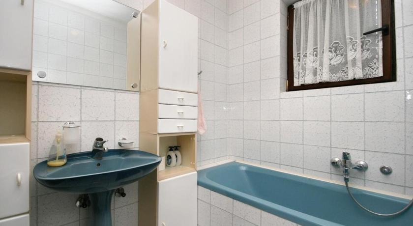 Three-Bedroom Apartment with Balcony and Sea View - Bathroom Apartment Crikvenica 5494a