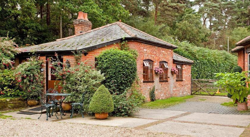 Best Price on Gardeners Cottage in Hythe (Hampshire) + Reviews