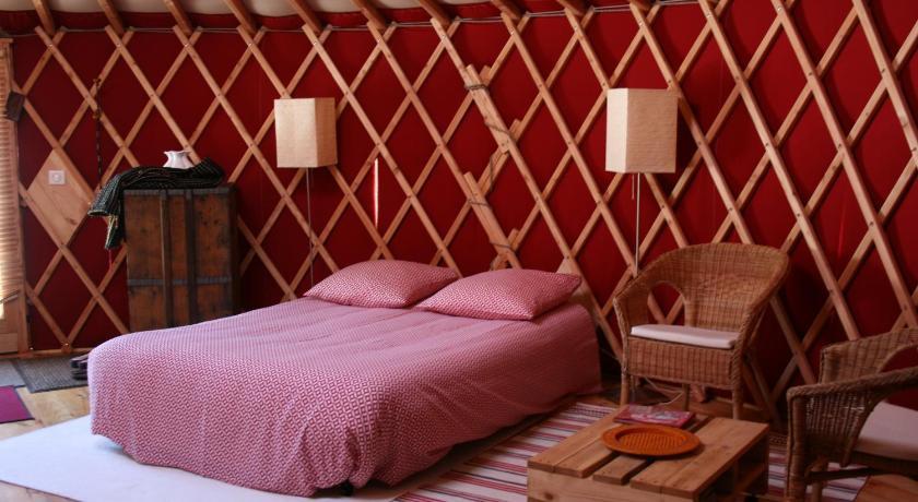 yourtes en terrasse la chaise dieu. Black Bedroom Furniture Sets. Home Design Ideas