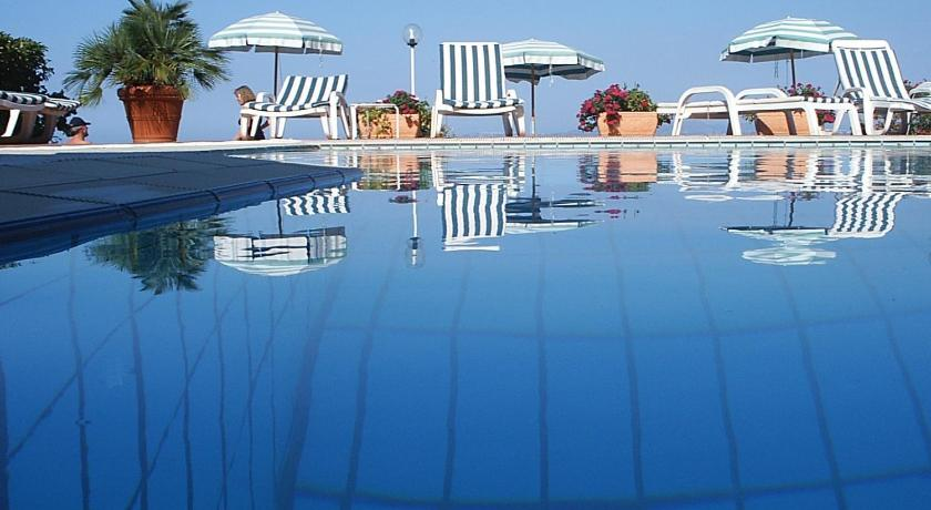 Swimming pool Hotel Pithaecusa