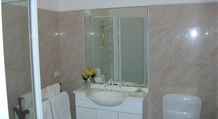 Double or Twin Studio - Bathroom Stella's Dromana Hotel