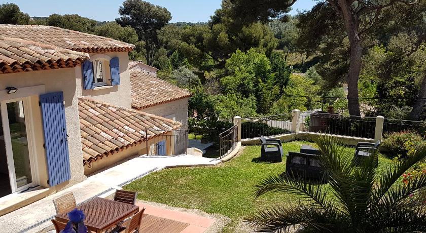 Haut de villa provençale avec terrasse et jardin - Sausset ...