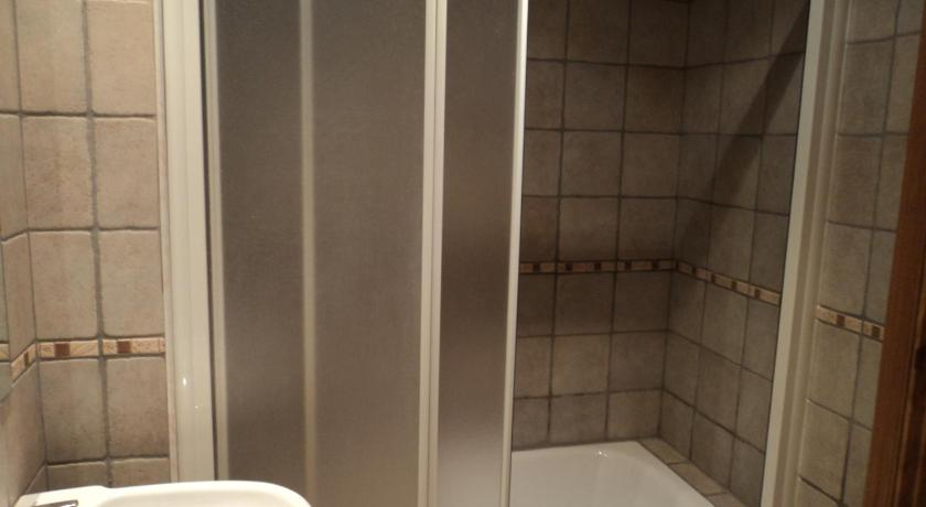 One-Bedroom Apartment - Shower Apartamentos Solans