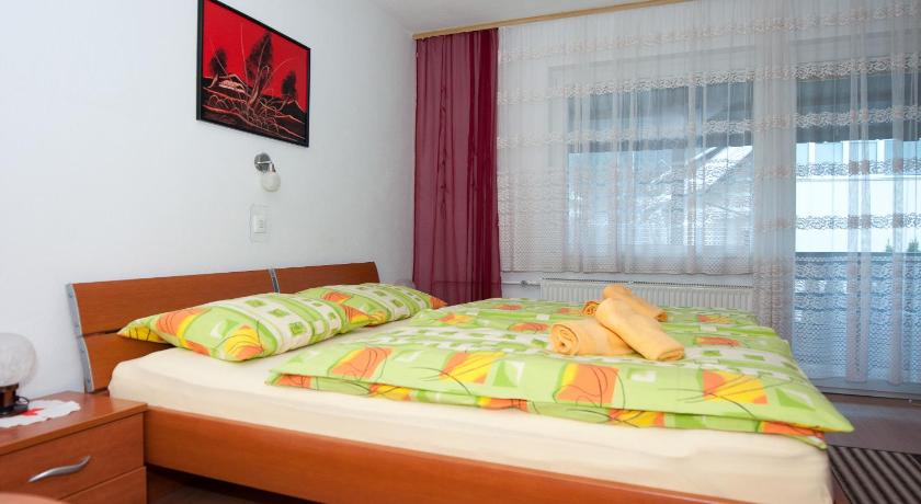 Triple Room with Balcony and Shared Bathroom - Guestroom Apartments Mencinger