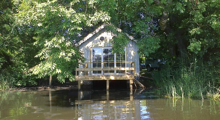 La cabane sur l 39 eau book online bed breakfast europe for Agnes b la maison sur l eau