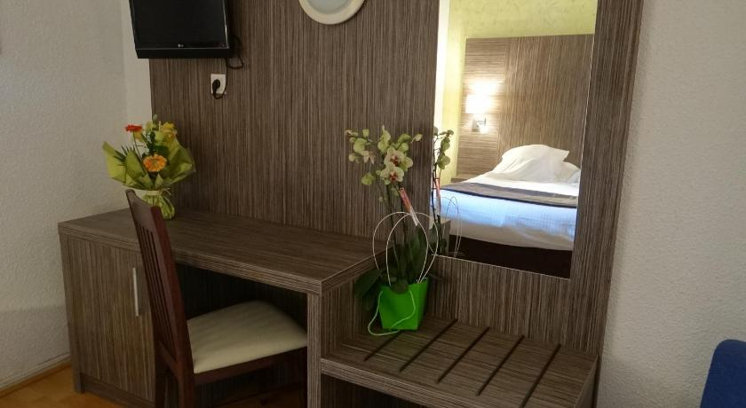 Double Room with Shower - Guestroom Hotel Restaurant des Thermes