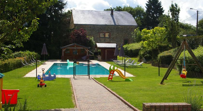 Swimming pool Holiday Home Le domaine du Vieux Chateau