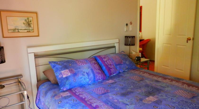 Queen Room with Shared Bathroom Woollybush Guest House B&B