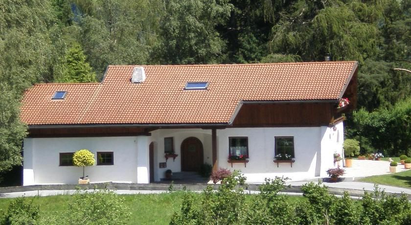 Two-Bedroom Apartment and Balcony - Entrance Landhaus am Steinhof