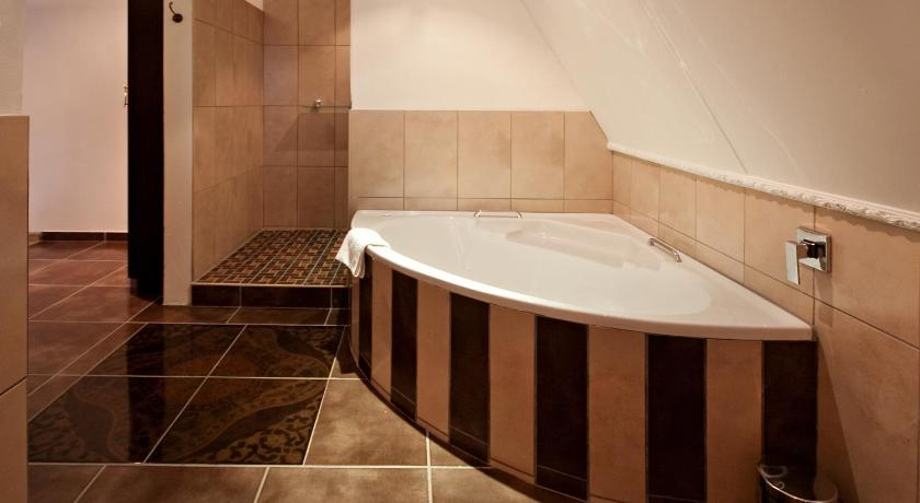 Standard Suite - Bathroom Lavender Hill Country Estate and Wedding Venue