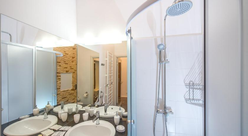 Studio Apartment on Plosha Rynok 21 - plat de dutxa LvivSon Apartments