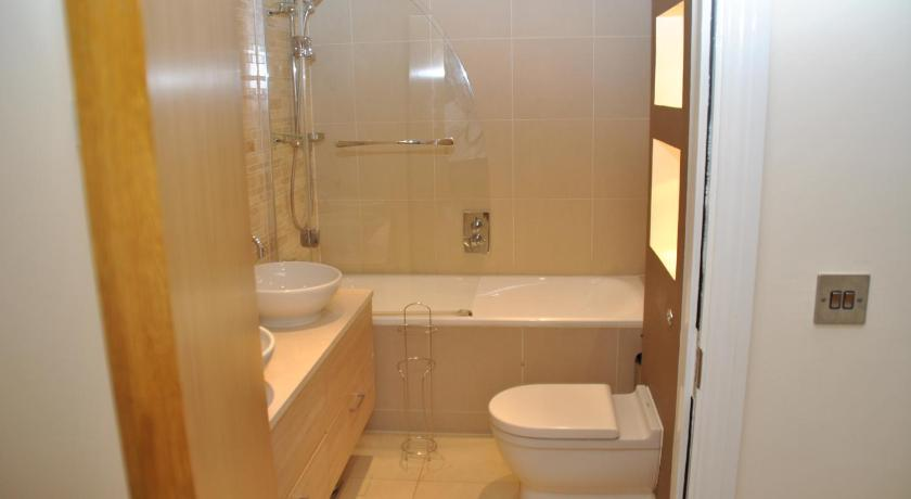 Two-Bedroom Apartment - Bathroom Littleacre Apartment 4