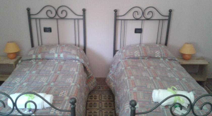 Double or Twin Room with Shared Bathroom - Guestroom Elvisia