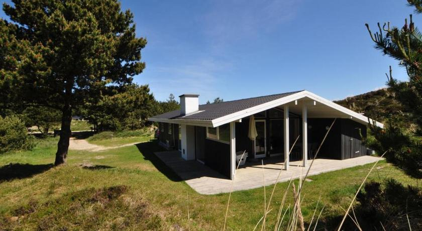 Three-Bedroom Holiday Home Holiday home in Tjurvej Henne Strand II