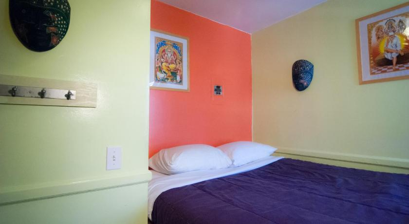 Economy Double Room with Shared Bathroom - View Ocean Island Inn Backpackers Suites