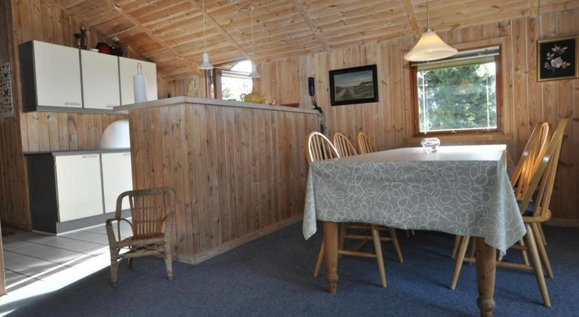 Three-Bedroom Holiday Home Holiday home Urfuglevejhenne Strand with Sandpit
