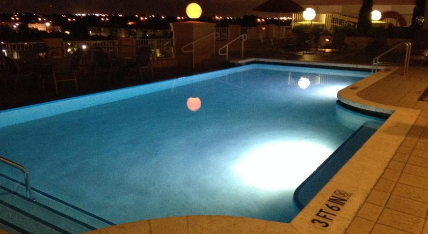 Swimming pool Dadeland Towers by Miami Vacations