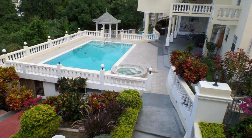 Swimmingpool The Royal Kensington Villa 4