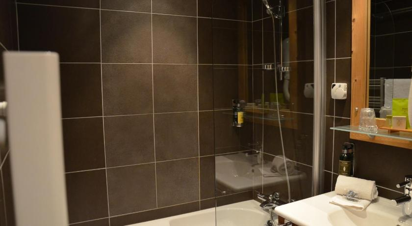 Superior Double Room with Mountain View - Bathroom Logis Hôtel et Spa les Clarines
