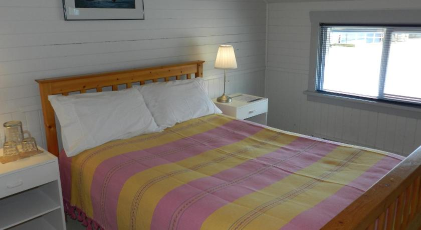 Double Room with Shared Bathroom - Room 5 - Guestroom Tofino Paddlers Inn