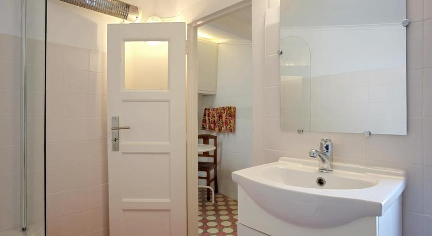 Bathroom Traditional Family House In Alfama