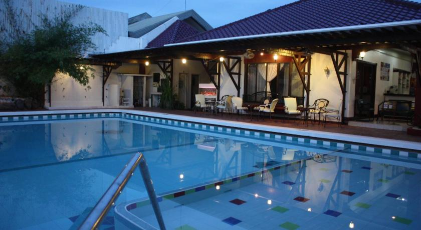 Swimming pool La Piscine Bed and Breakfast