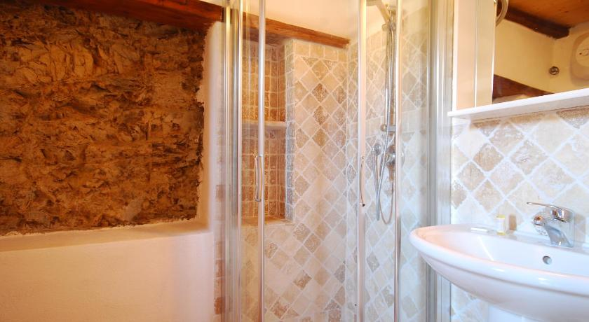 One-Bedroom Apartment - Bathroom Carpi