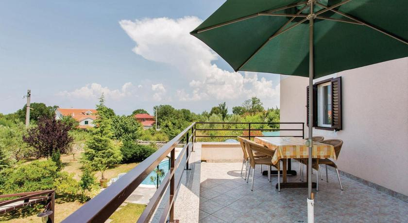 Five-Bedroom Holiday home Sveti Anton with an Outdoor Swimming Pool 04
