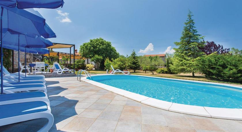 Schwimmbad Five-Bedroom Holiday home Sveti Anton with an Outdoor Swimming Pool 04