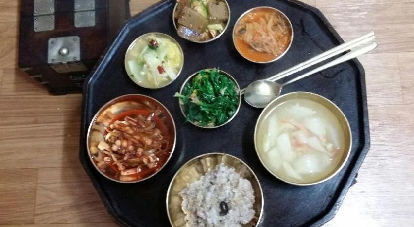 Food and beverages Bukchon Sarangchae Hanok Guesthouse