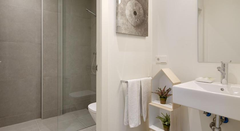 Bathroom Beduria B Apartment by FeelFree Rentals