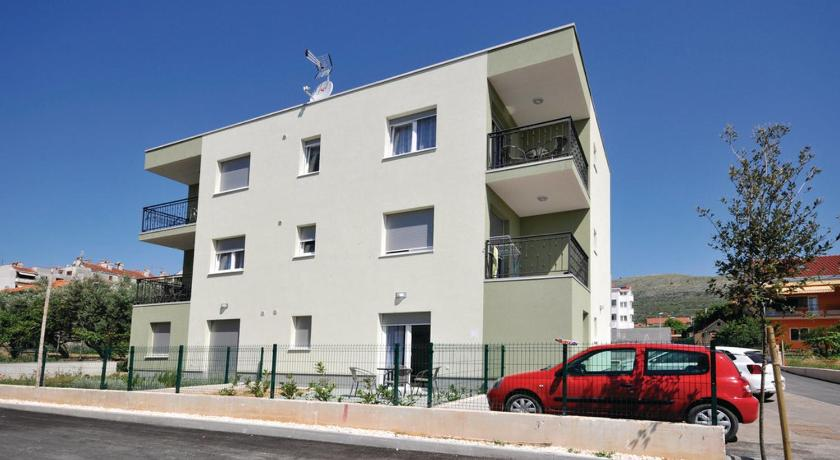 Two-Bedroom Apartment Trogir 02