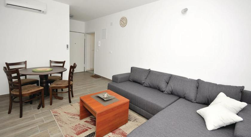 Alle 24 ansehen Two-Bedroom Apartment Trogir 02