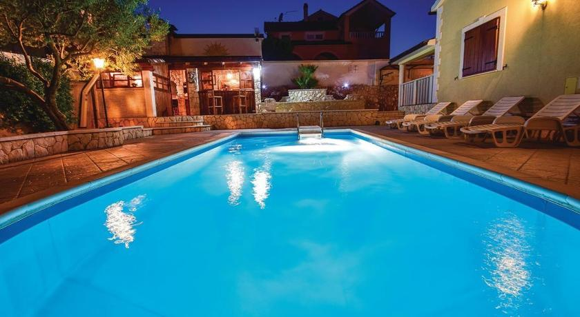 Bazén Five-Bedroom Holiday home Vodice with Sea View 04