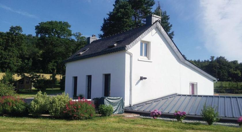 Three-Bedroom Holiday home Mur de Bretagne with a Fireplace 07