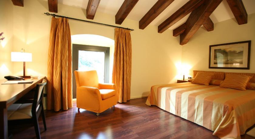 Hotel Castell de L'Oliver 11