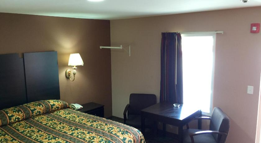 King Room - Non-Smoking - Guestroom Crown Inn - Fayetteville