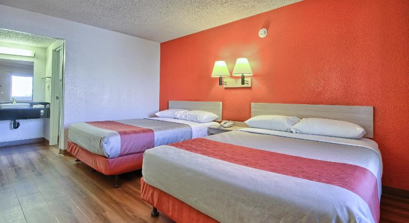 Standard Double Room with Two Double Beds - Guestroom Motel 6 Fresno - Blackstone South