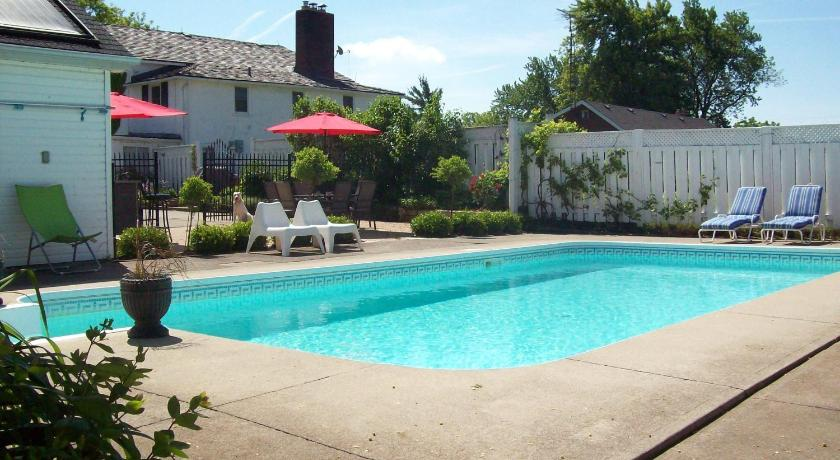 Swimming pool Danner House B&B
