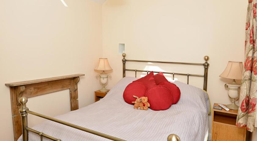 Deluxe Double Room - Bed Holly Cottage
