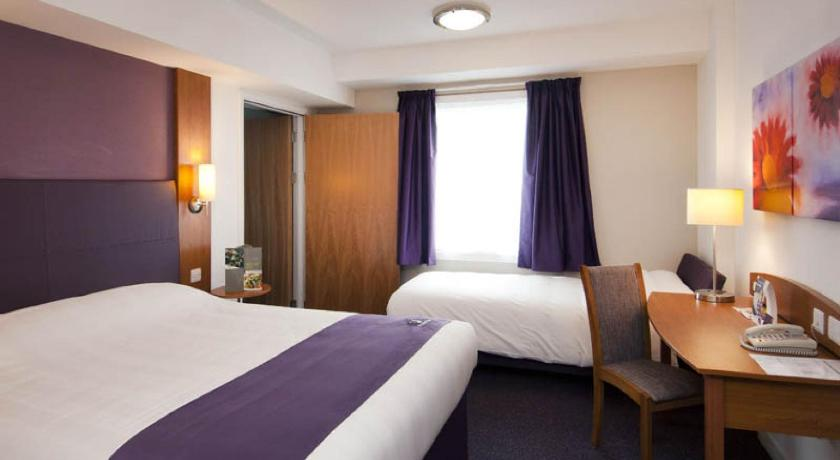 Twin Room - Guestroom Premier Inn Leicester Fosse Park