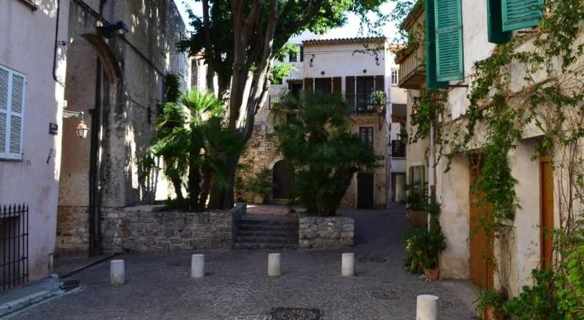 Best Price on Atypique Dans Le Vieil Antibes in Antibes + Reviews!