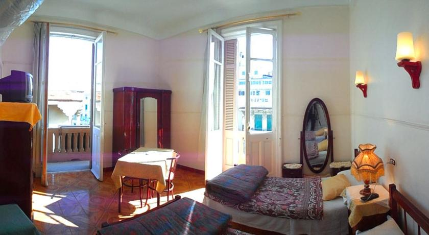 Single Room with Private Bathroom - Guestroom Triomphe Hostel