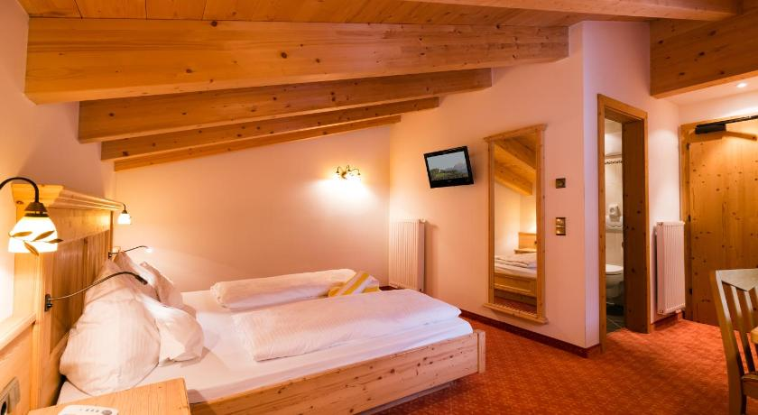 Double or Twin Room with Balcony - Guestroom Hotel Schneeberg Family Resort & SPA
